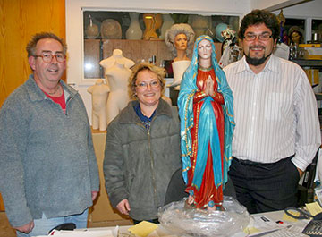 Happy customers Michael & Rebecca Loretz coming to pick up their Holy Mother. Purfex make a range of hand crafted, hand painted catholic statues... Michael and Rebecca specified the colours they wanted and our master painter Klaus hand painted the surface. Unanimous opinion is that he has done an outstanding job.